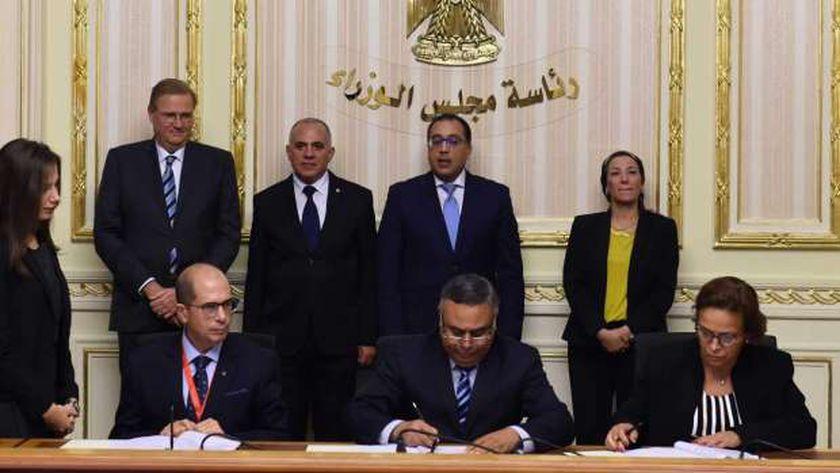 جانب من توقيع الوثيقة