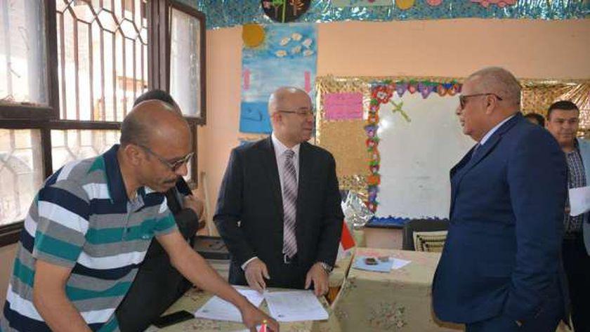 محافظ الوادي الجديد يتابع انتظام سير العملية الانتخابية