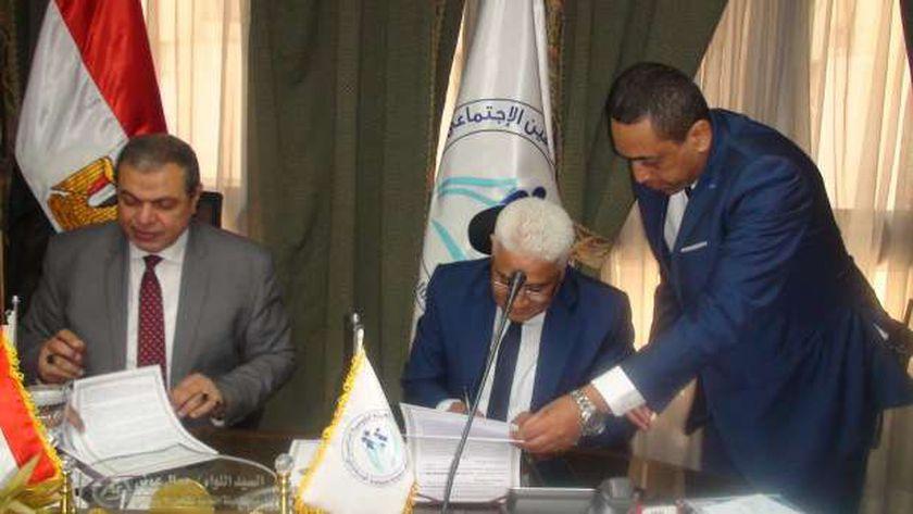اللواء جمال عوض خلال توقيعه للبروتوكول مع وزير القوى العاملة