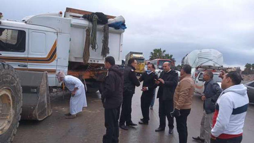 تصادم سيارة نقل ثقيل بالحواجز الخرسانية بطريق الإسكندرية الصحراوي