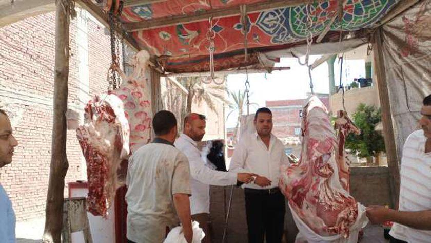 ضبط 70 كيلو لحوم بلدية مذبوحة خارج المجازر ومعروضة للبيع بكفر الشيخ