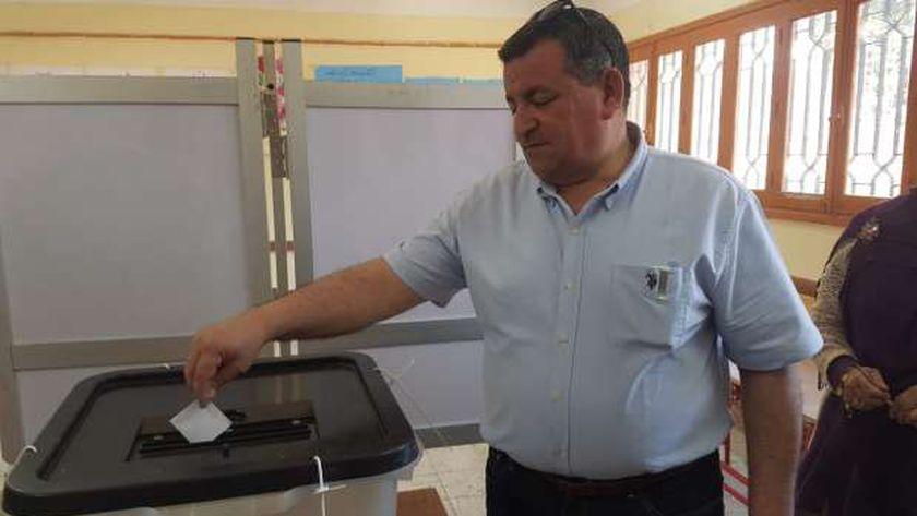 النائب أسامة هيكل أثناء التصويت على التعديلات الدستورية