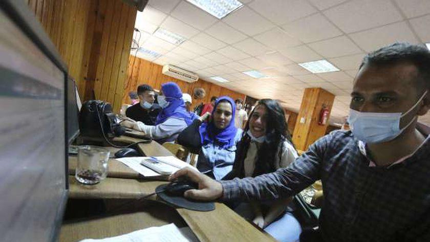 طلاب أثناء تسجيل الرغبات في المرحلة الأولى من التنسيق