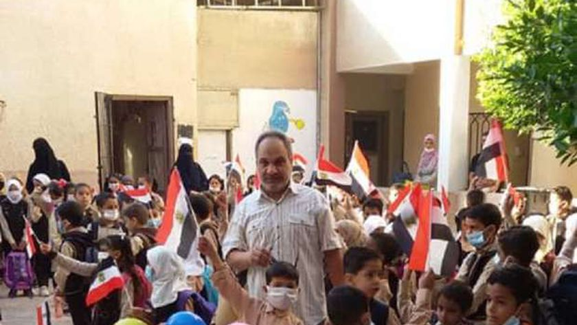 تلاميذ معهد مطروح الابتدائى يرفعون أعلام مصر احتفالا بنصر أكتوبر