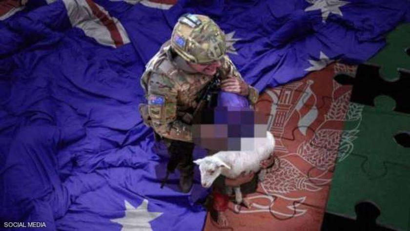 صورة الجندي الأسترالي والطفل الأفغاني فجرت أزمة دبلوماسية