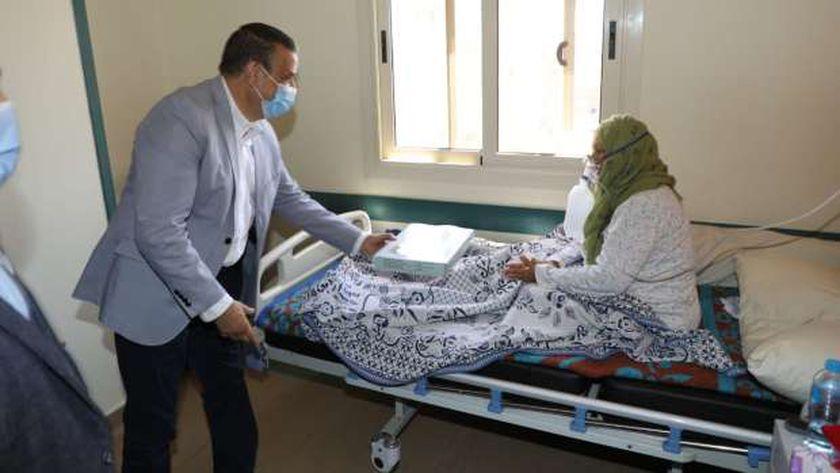 محافظ المنوفية يوزع الكحك على مصابي كورونا