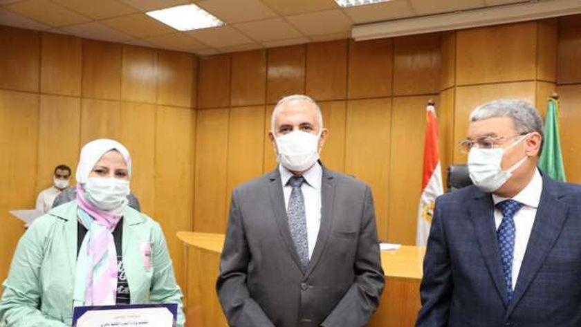 وزير الري يكرم العاملين في مشروع تأهيل الترع في المنيا