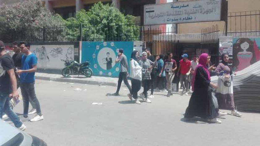 طلاب الدبلومات الفنية أثناء خروجهم من الامتحان