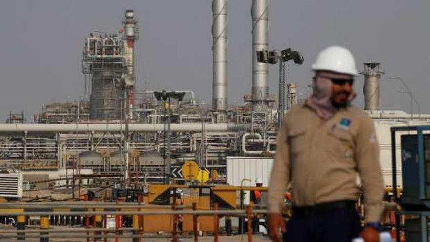 النفط يواصل التراجع ويتجه لخسائر أسبوعية تزيد عن 3%