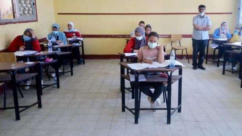 طلاب الثانوية العامة أثناء أداء امتحان اليوم الأول