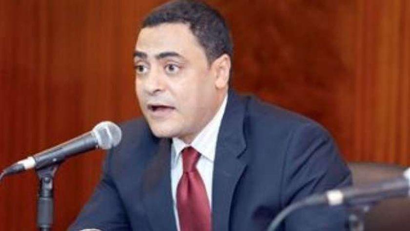 الدكتور شريف الجيار،استاذ النقد والأدب بجامعة بنى سويف