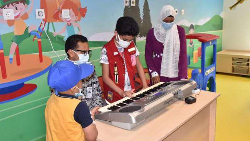 يوسف مع الأطفال المرضي
