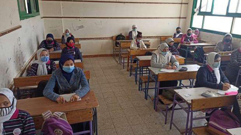 الطلاب يلتزمون بارتداء الكمامات الطبية داخل الفصول المدرسية بسبب كورونا