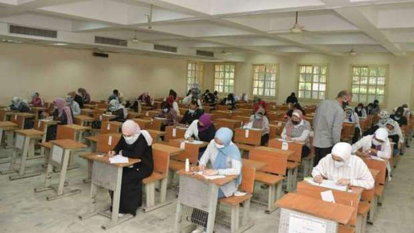 مجموعة من طلاب الجامعات أثناء أداء أحد الامتحانات