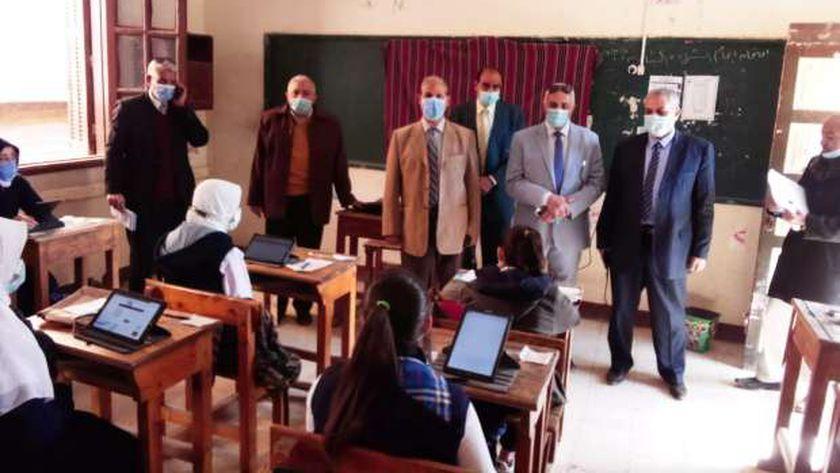 طالبات الصف الأول الثانوي يؤدون الامتحانات وسط إجراءات كورونا