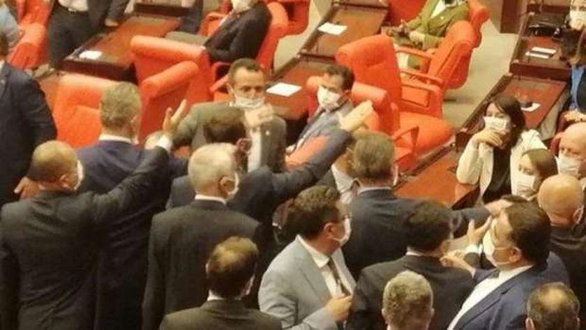برلمان تركيا ينهي جلساته بمعركة بين نواب أردوغان ومعارضيه