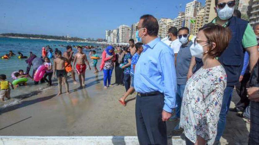 محافظ الإسكندرية في جولة على شواطئ الإسكندرية