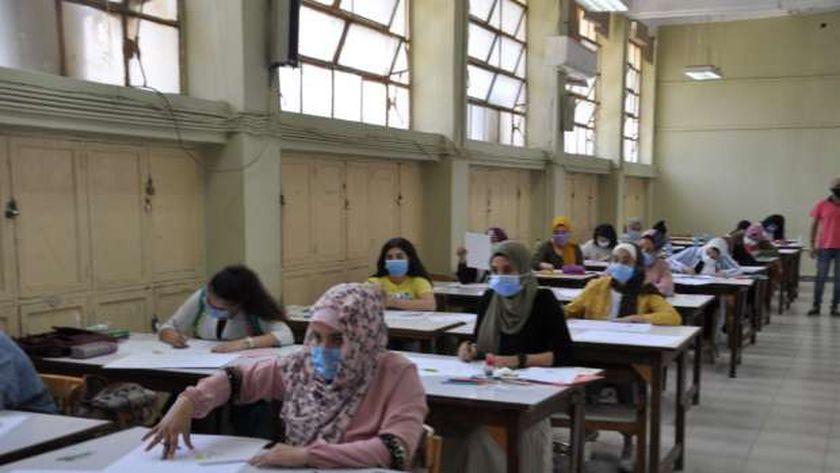 عدد من الطالبات أثناء تأدية اختبار القدرات