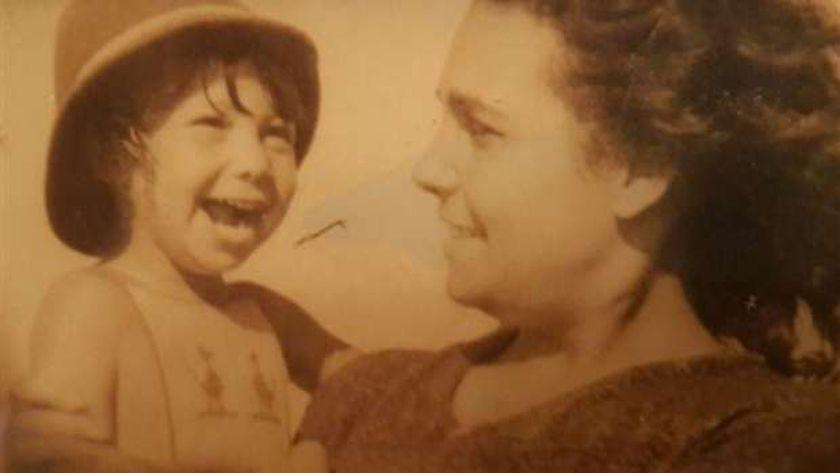 الفنانة صفاء الطوخي طفلة رفقة والدتها الكاتبة فتحية العسال