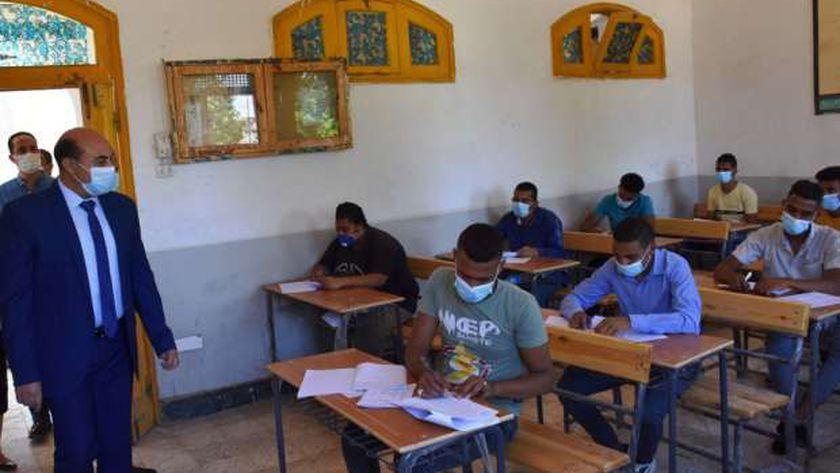طلاب الدبلومات الفنية أثناء أداء أحد الامتحانات