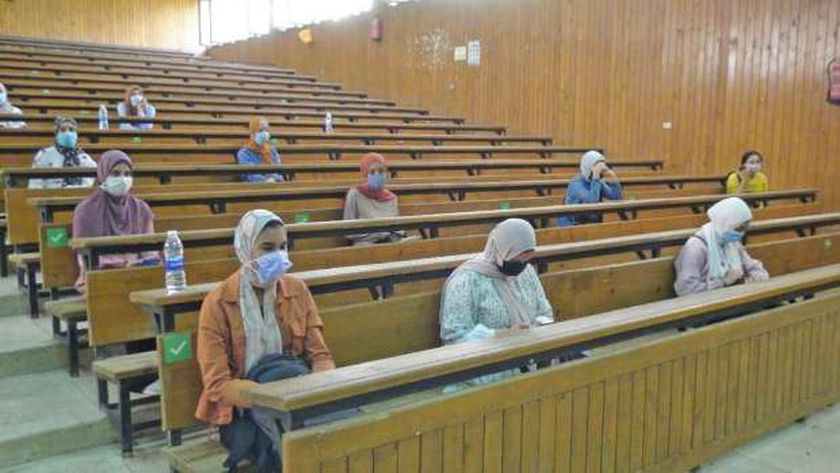 طلاب ينتظرون التطعيم