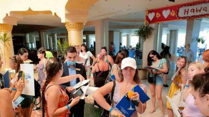 سياح أجانب اثناء تسكينهم  بأحد فنادق الغردقة أمس