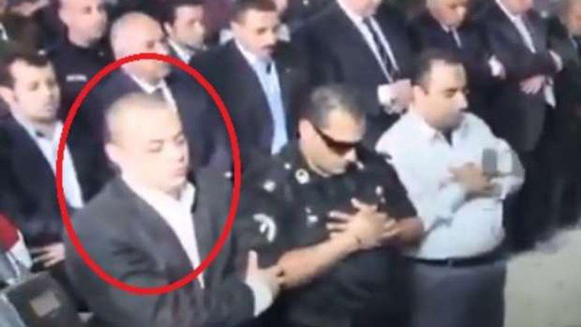 الخائن محمد عويس أثناء صلاة الجنازة على الشهيد مبروك