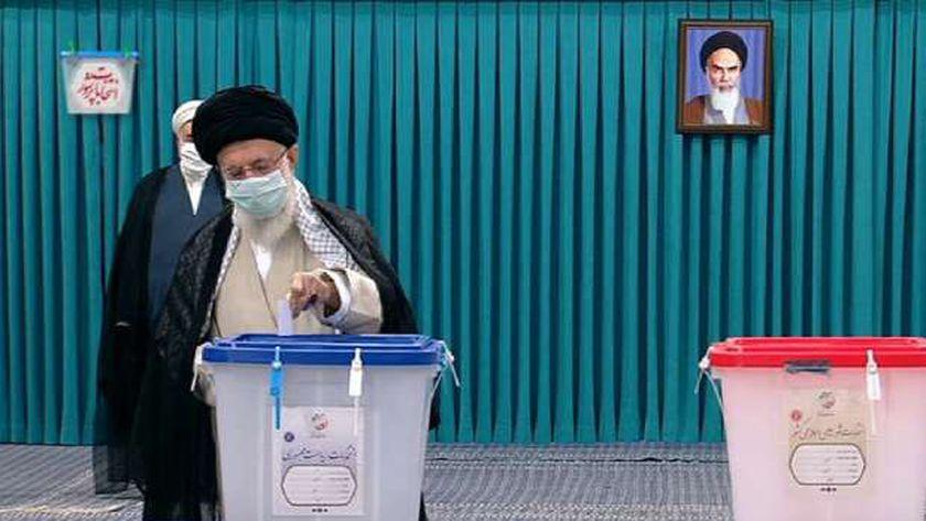 المرشد الإيراني علي خامنئي يدلي بصوته في الانتخابات الرئاسية