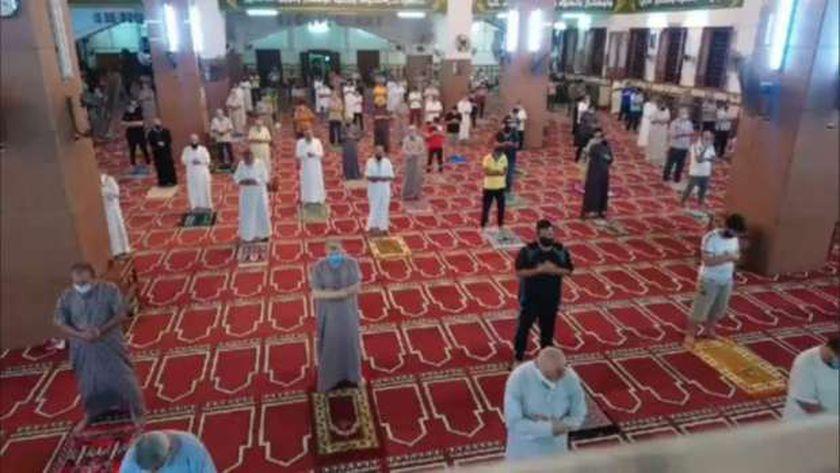 مصلون في إحدى المساجد يبتهلون إلى الله بالدعاء