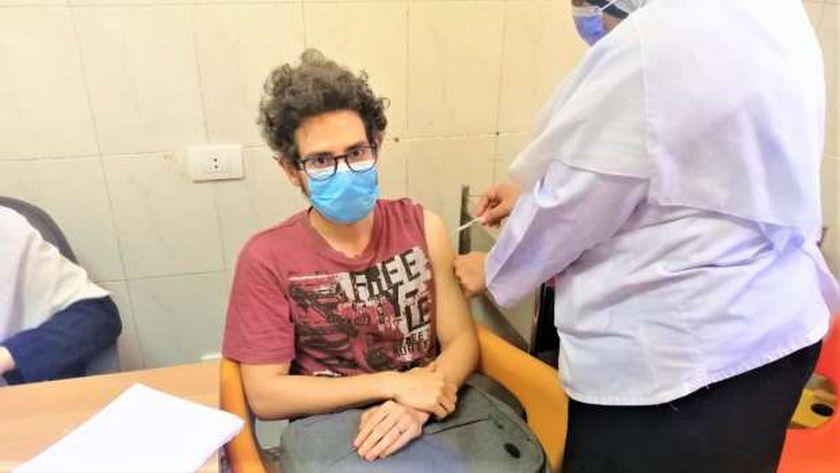 تطعيم أحد المواطنين بلقاح كورونا