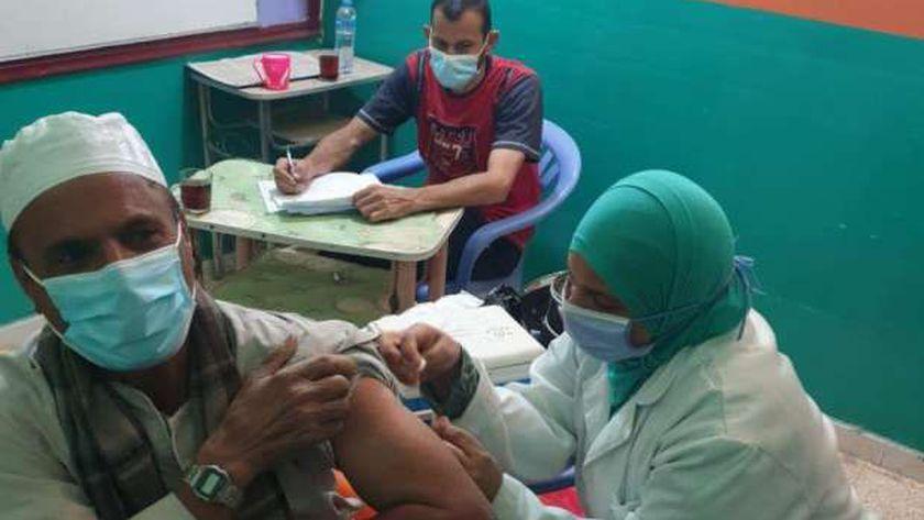 جانب من تطعيم المواطنين بمراكز المخصصة - أرشيفية