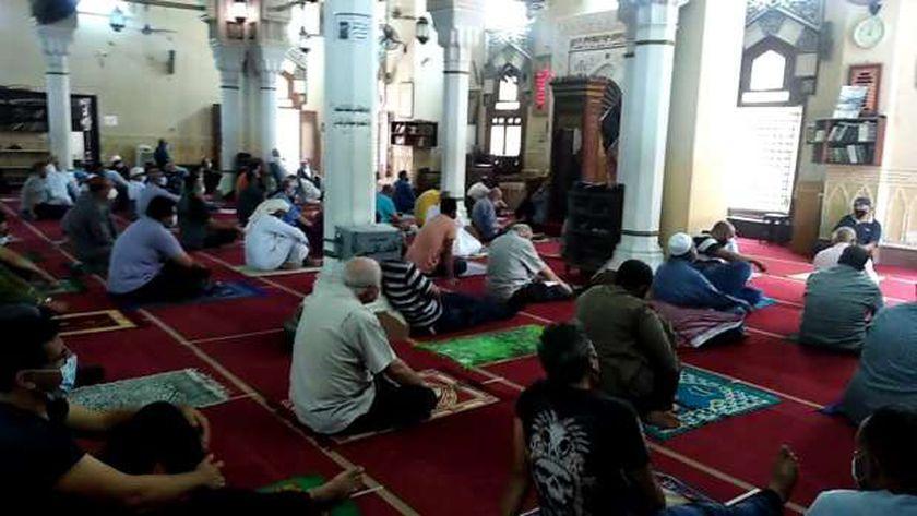 المصلون يلتزمون بالإجراءات الاحترازية في أول صلاة جمعة بمسجد أسد بن الفرات بعد الحظر