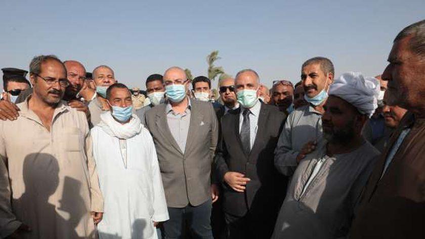 وزير الري يلتقط صورا مع المزارعين