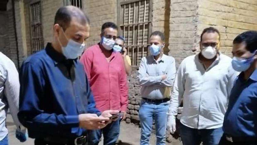 جولة وكيل وزارة الصحة بالأقصر بقرية الرياينة عقب تطبيق الحجر الصحي لمنازلها