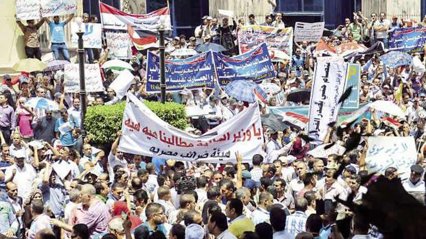 جانب من الوقفة الاحتجاجية للعاملين بالمالية أمام «الصحفيين» «صورة أرشيفية»