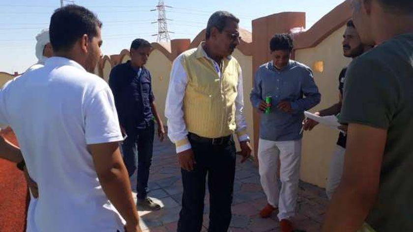 وكيل وزارة الاسكان بمطروح خلال تفقدة مشروعات حياه كريمة بقرية زاوية العوامة بالضبعة