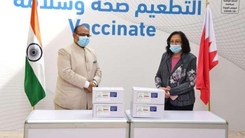 وزيرة الصحة البحرينية فائقة بنت سعيد الصالح تتسلم من السفير الهندي دفعة من اللقاح