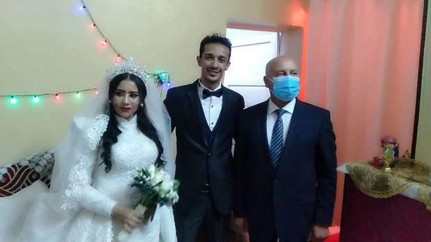وزير النقل مع العروسين بأسوان