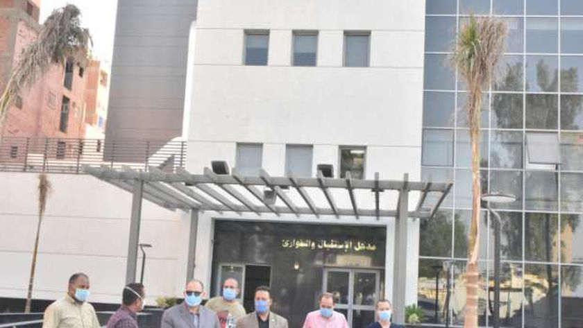 محافظ أسيوط يتفقد مستشفى ابوتيج النموذجى لمتابعة سير العمل وتقديم التهنئة بمناسبة عيد الاضحى المبارك