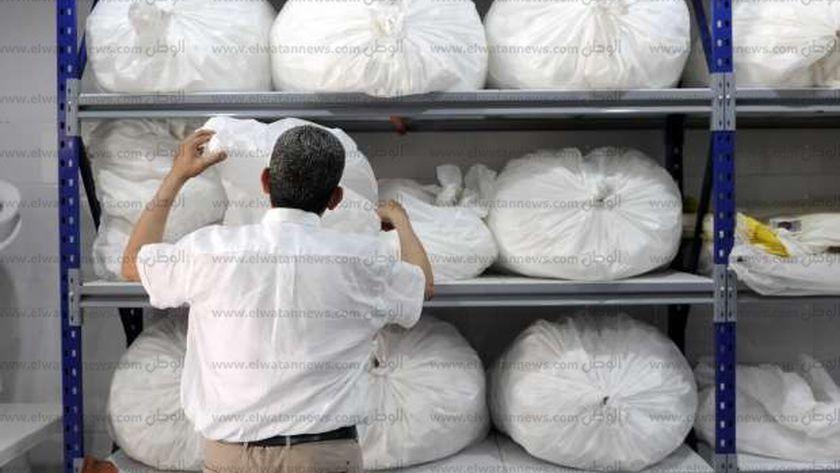 صاحب مصنع العبوات الدوائية أثناء عمله