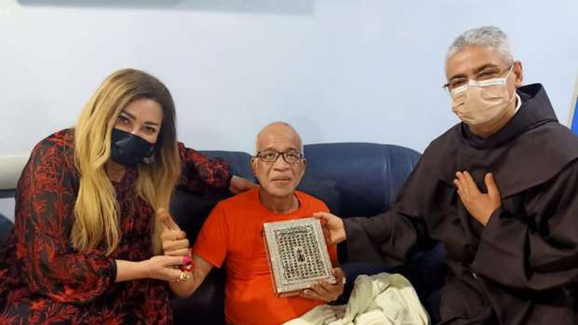 جانب من زيارة نهال عنبر وبطرس دانيال للفنان شريف الدسوقي في المستشفى