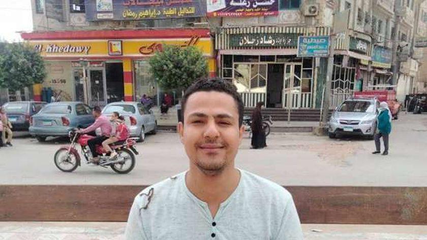 """""""أحمد"""" فقد قدمه في حادث ويعول الأب المسن ويربى شقيقته بعد وفاة الأم"""