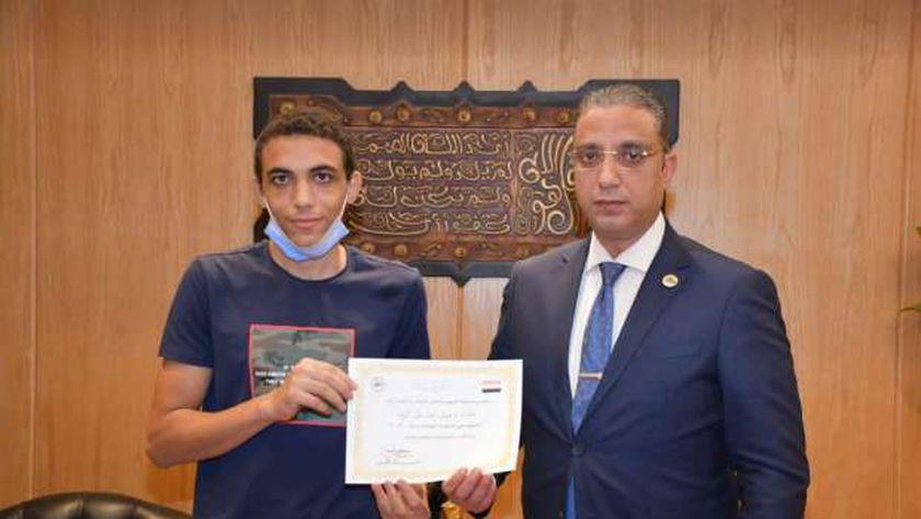 محافظ الفيوم خلال تكريم الطالب يوسف