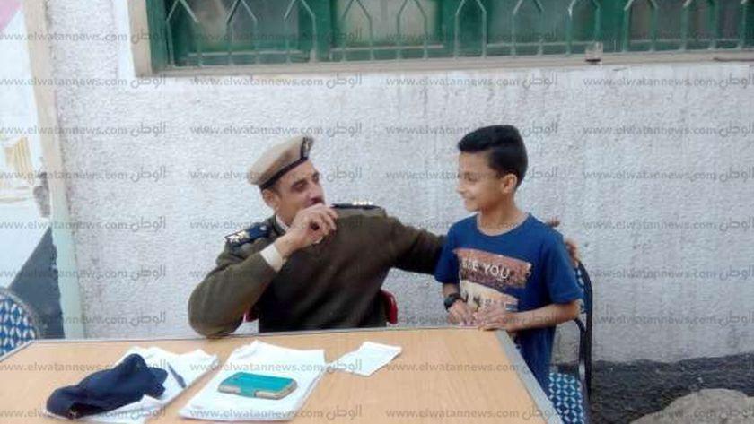 الطفل رضا الجمل خلال مشاركته في الانتخابات