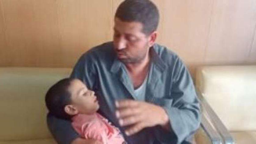 الطفل عبد الرحمن ووالده