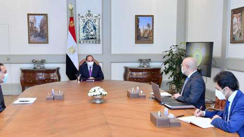 الرئيس خلال اجتماعه مع رئيس الوزراء ووزير الاسكان
