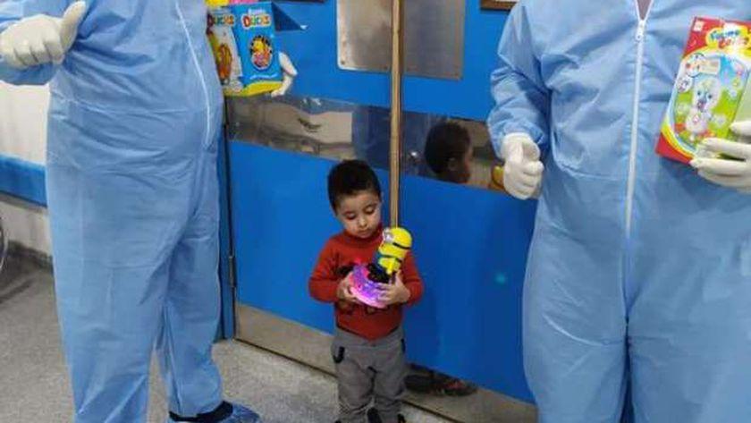 فرحة اطفال الحجر الصحي في الإسكندرية بعد توزيع العاب وفوانيس جديدة
