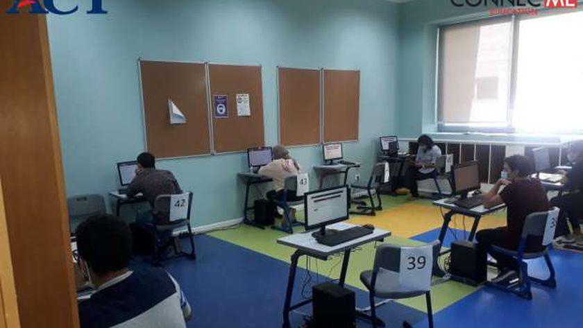 طلاب الدبلومة الأمريكية يؤدون اختبار act