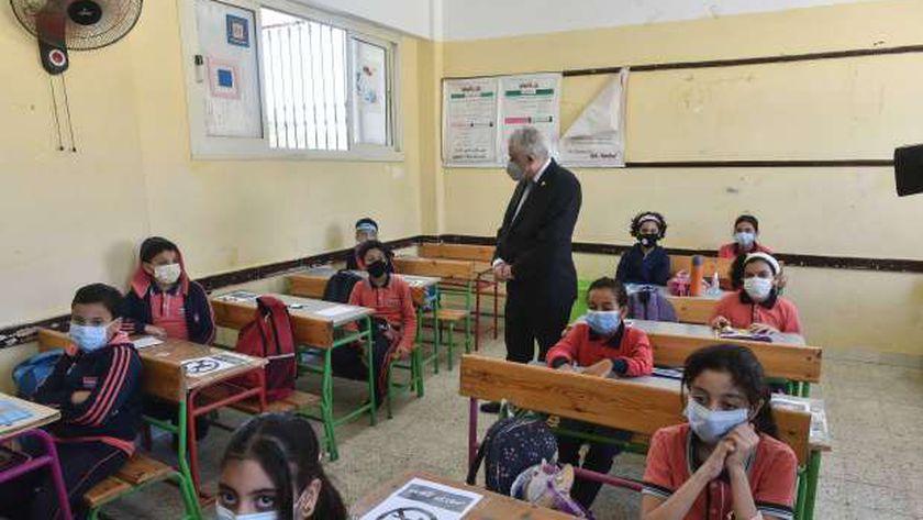 صورة أرشيفية للدكتور طارق شوقي أثناء تفقده إحدى المدارس