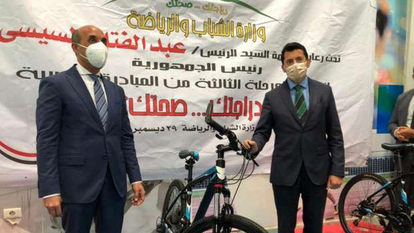 د.صبحي خلال إحدى مراحل تسليم الدراجات المدعمة